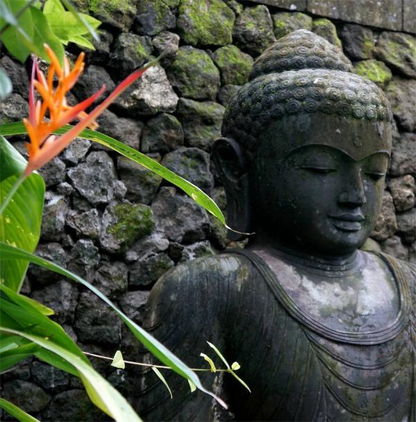 Buda en jardín