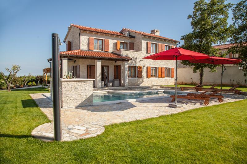 Villa Alma, with swimming pool in beautiful Istria, Ferienwohnung in Visnjan