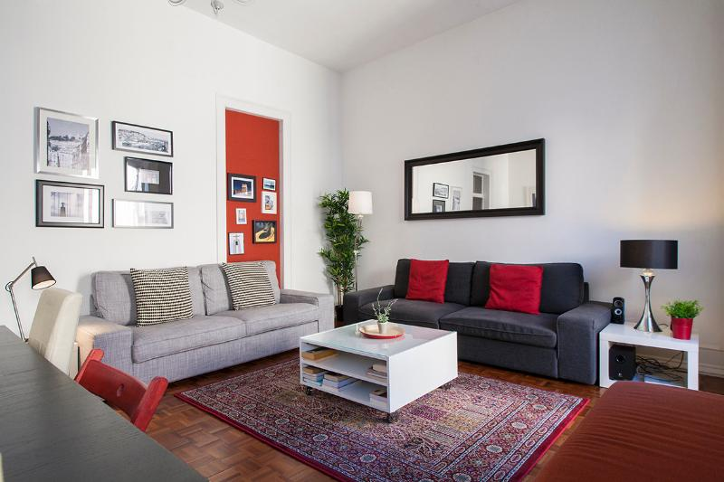 Downtown Lisbon, 5 rooms from 1 to 16 people, holiday rental in Montijo