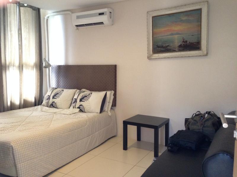Dormitorio con cama de matrimonio y 2 colchones plegables