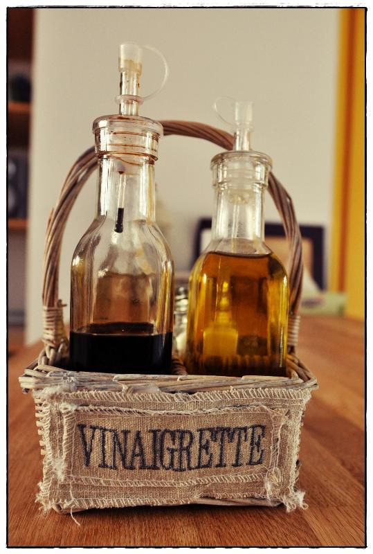 Pour votre confort, les produits de 1ière nécessité (huile d olive, vinaigre, sel...) sont là