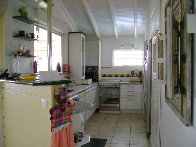 le coin cuisine avec son frigo américain et l'évier d'ou vous avez une belle vue mer!