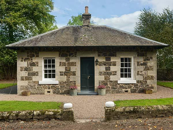 LODGE, detached cottage in castle grounds, woodburning stove, roll-top bath, holiday rental in Auchtermuchty