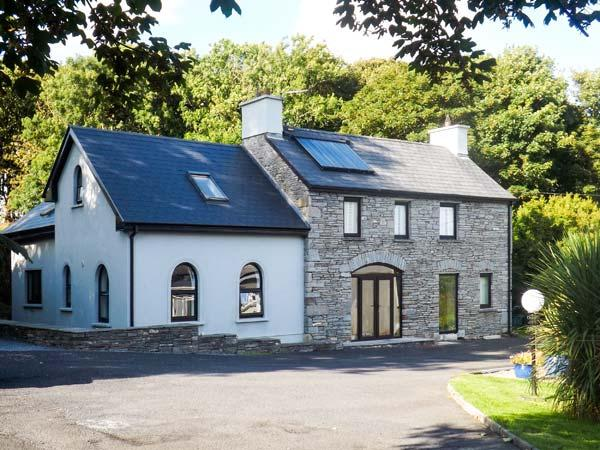 SUNNYSIDE COTTAGE, riverside, two en-suites, WiFi, near Ennistymon, Ref. 919750, holiday rental in Lahinch