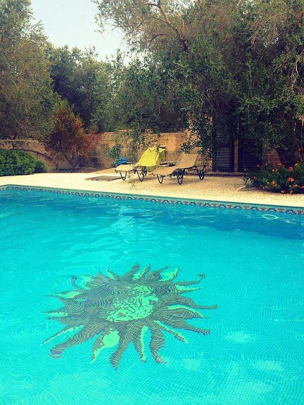 Einen exklusiven Pool, sonnig genießen Sie und entspannen