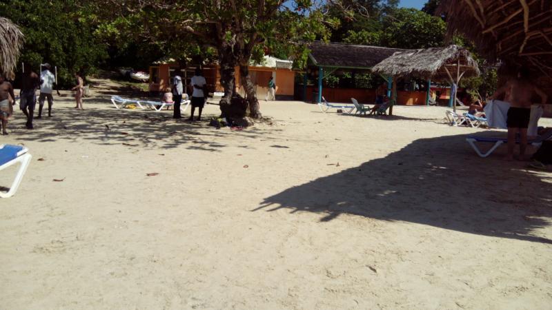 carib bar and shop on Mahogoneybeach