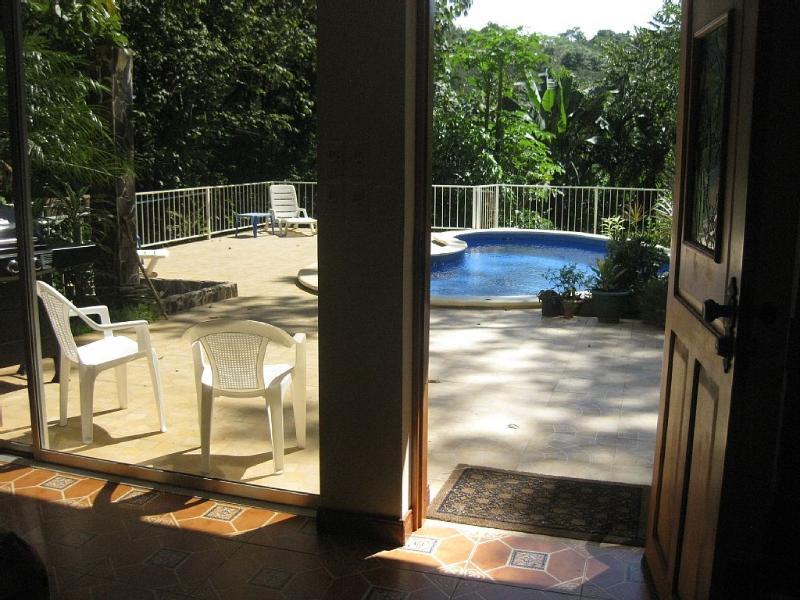 vue de la piscine privée à la porte de la maison de location