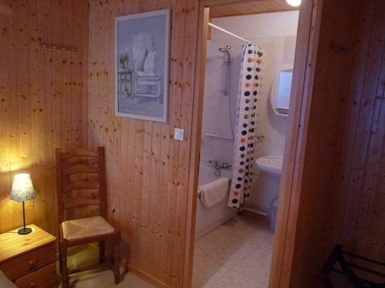 ... with ensuite bathroom & toilet