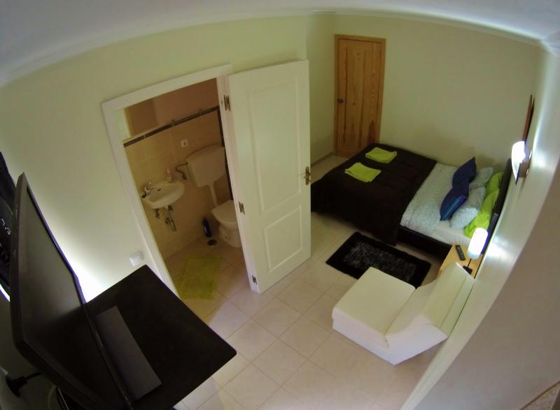 Ensuite Rooms at Penichesurflodge by the sea, Ferienwohnung in Peniche