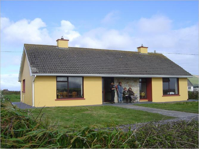 Our home on the Wild Atlantic Way, sleeps 6, 3 bedrooms, open fire place, Internet, 2 min. to sea