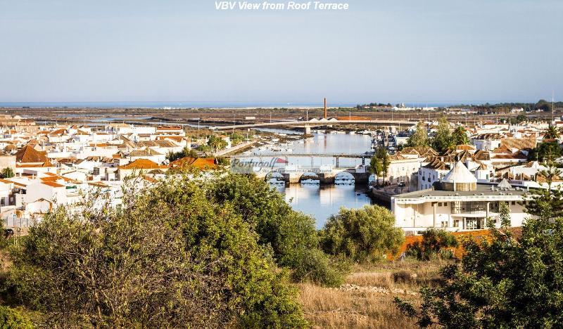 Una vista dal tetto Tce lungo il fiume, il ponte romano e il mare