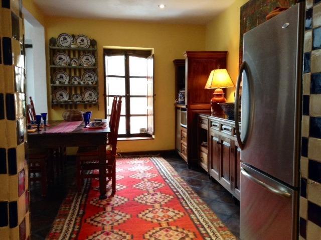 Una vista desde la cocina Casa Cho Co Latte a la sala de comedor con capacidad para 6.