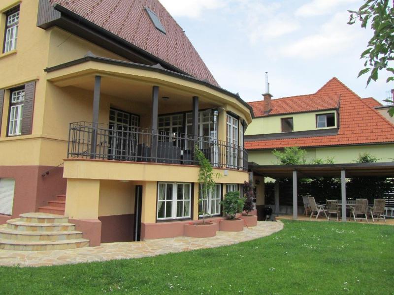 Vue latérale et terrasse couverte