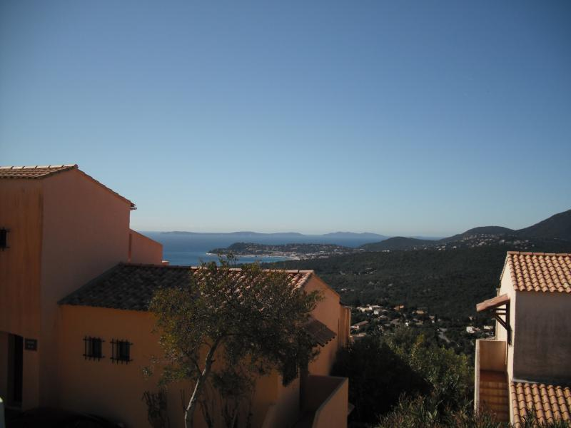 Vue terrasse sur le port de Cavalaire et les Iles d'Hyères