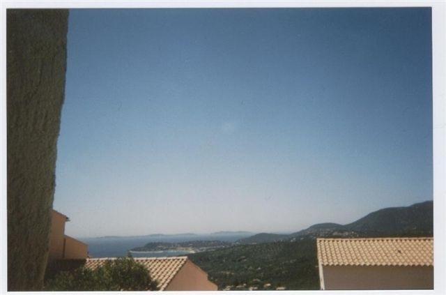 Les toits des Bastides avec la mer et le ciel.........presque toujours tout bleu!!!!