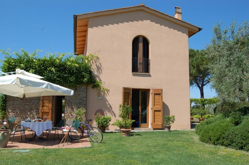 Amazing house in Tuscany with a fantastic indoor private pool and spa_LA ROCCA, holiday rental in Trecento