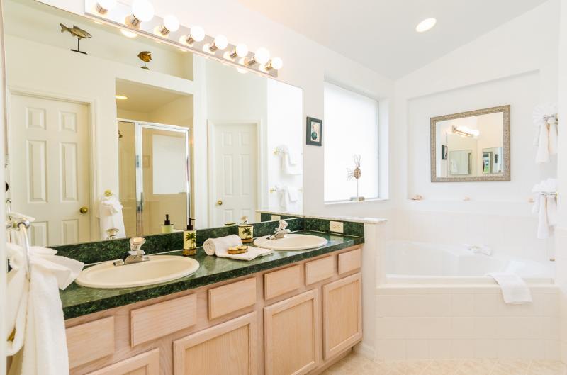 Mather banheiro com pé no chuveiro, banheira em forma de coração, WC separado e pé no armário