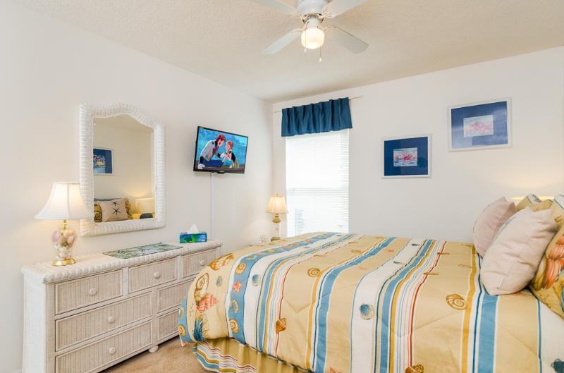 2º quarto principal com atractivo mobiliário e rainha tamanho sobre-colchão de vime