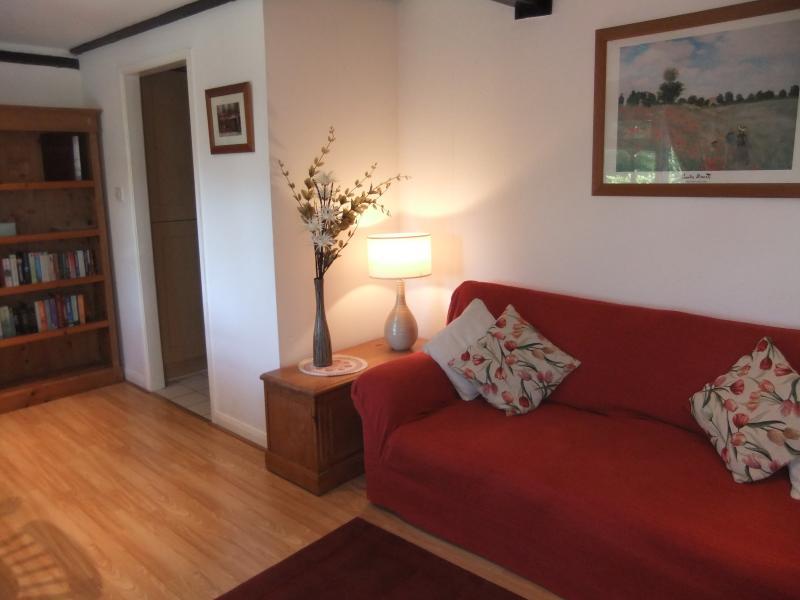 Lounge/eetkamer. TV, DVD, wifi, zitplaatsen voor 5 personen.