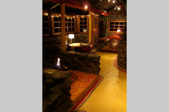 Salle à manger avec cheminée palce dans une pépinière. Venez profiter de notre dîner gastronomique