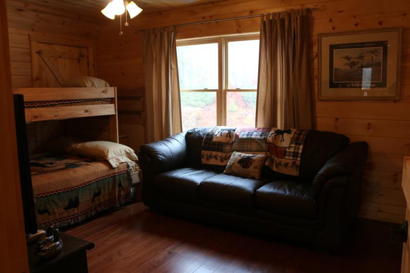 """Dormitorio con doble sobre la cama litera completa además colchón de tamaño completo """"nido"""""""