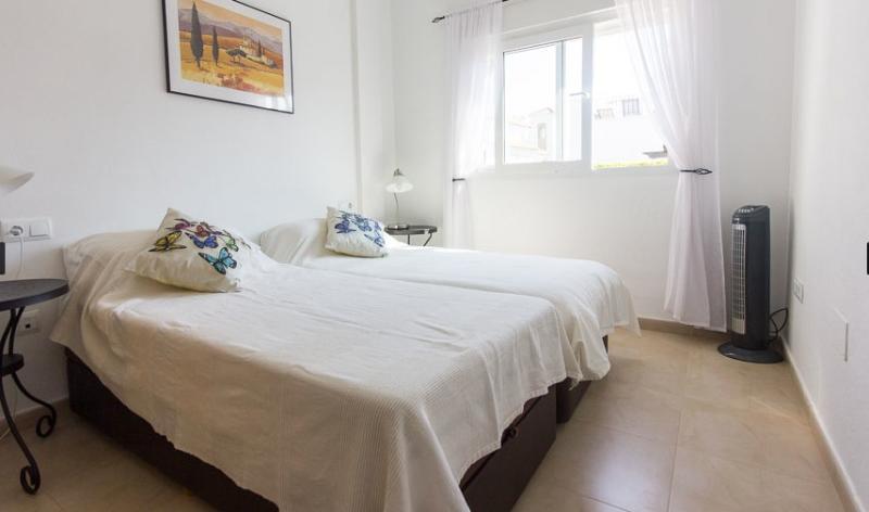 Segundo dormitorio (armarios empotrados de imagen izquierda). Puede ser configurado como King o camas individuales