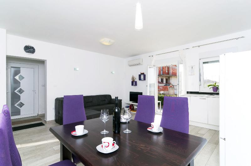 New and modern apartment 50m from the beach, holiday rental in Rogoznica
