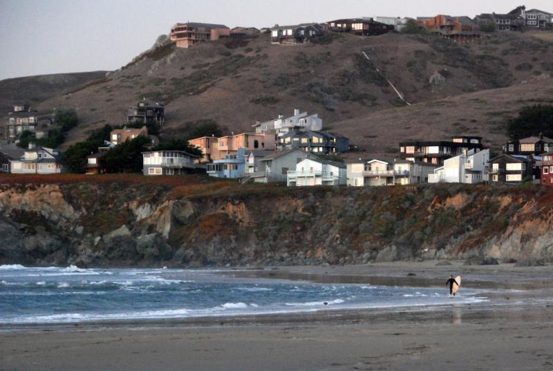 Dalla spiaggia.  Noi siamo la casa molto più alto sulla collina, così ci hanno viste