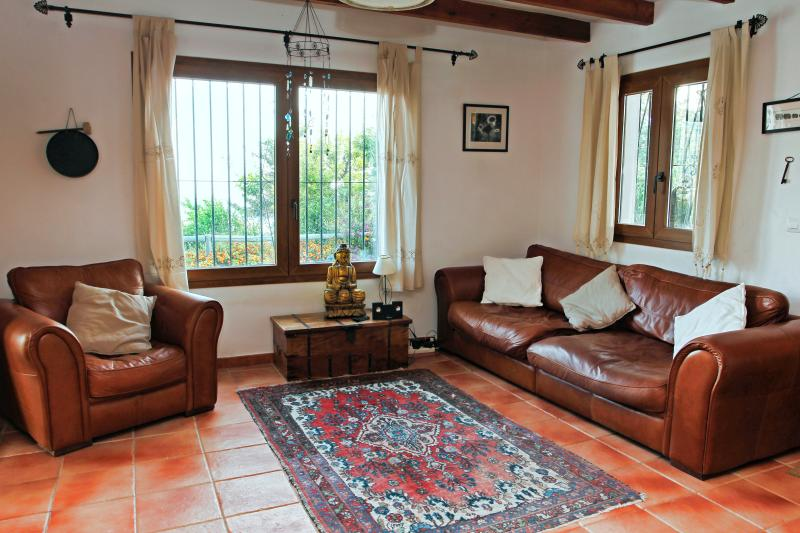 Stort vardagsrum med alla bekvämligheter inklusive 40 tums platt-TV och gratis fast internet