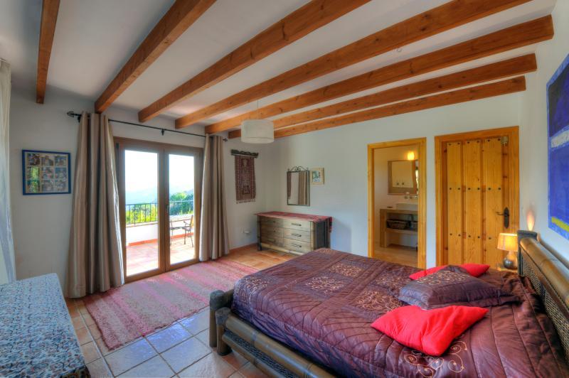 Master sovrum med utsikt ner i dalen till havet