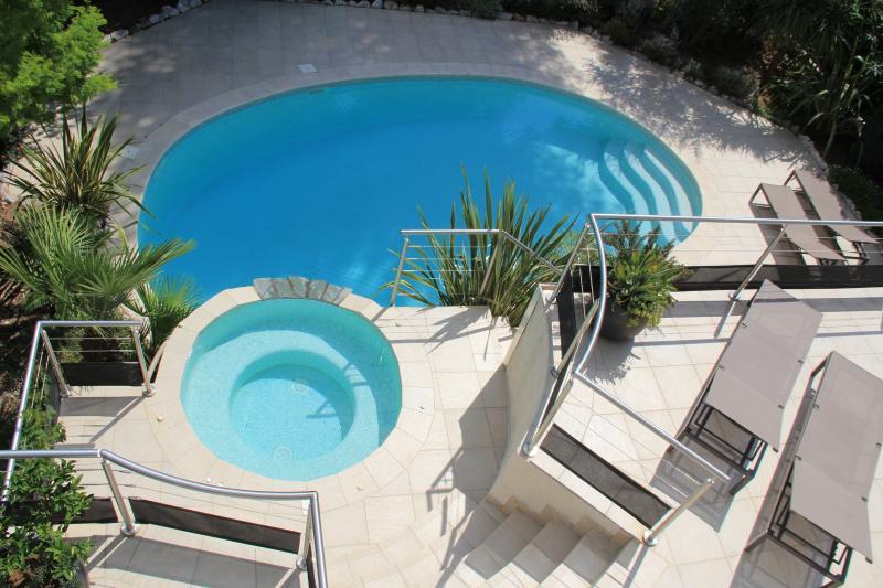 Vue du spa et de la piscine depuis la terrasse supérieure