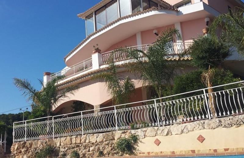 HOLIDAY IN RESIDENCE WITH POOL PLEMMIRIO, holiday rental in Casale Modica