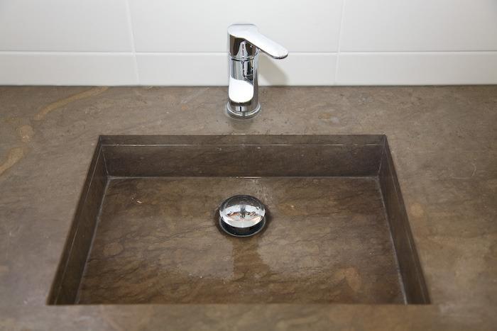 Wastafel in de gedeelde badkamer