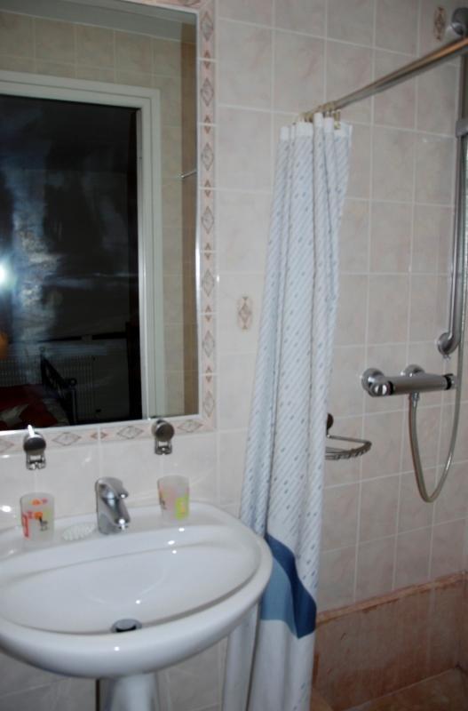 Salle de douche de salle orange