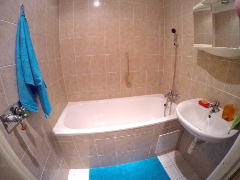 Salle de bains. Sèche-cheveux, shampooing et savon disponible.