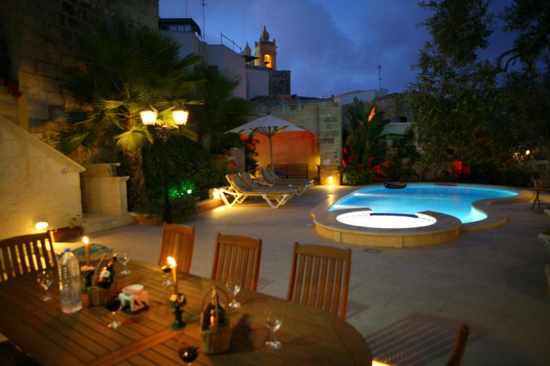 área da piscina à noite