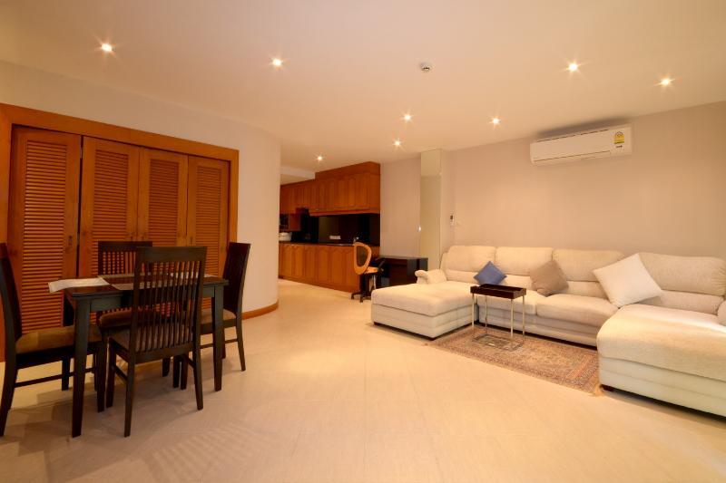 Grote open plan woonkamer met modern meubilair. Bright luchtig en ontspannen