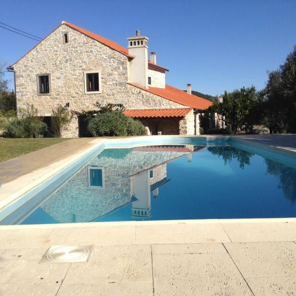 Stone Farmhouse with private pool in small village, holiday rental in Olival