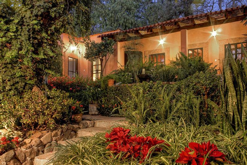 Villa de dos dormitorios en un jardín exuberante 6 minutos de la plaza principal