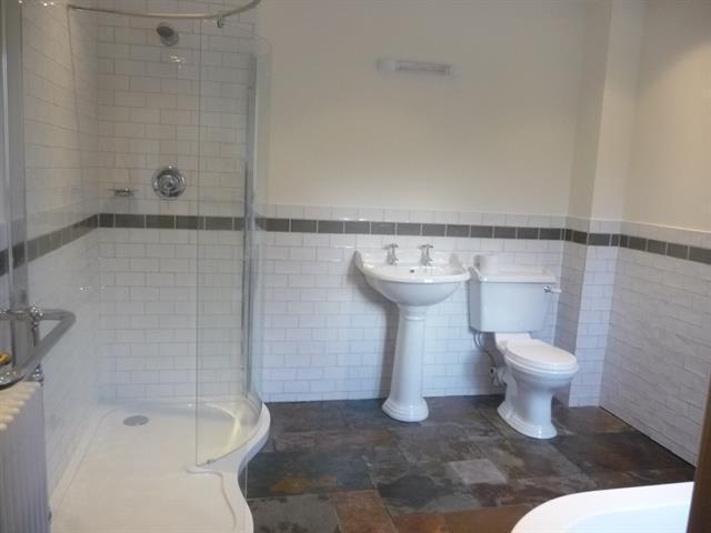 Banheiro principal com Closets, banheira e chuveiro
