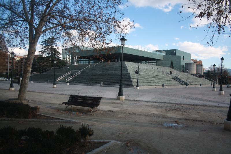 Palacio de Congresos, a 200 metros del apartamento con parking público y paradas de bus