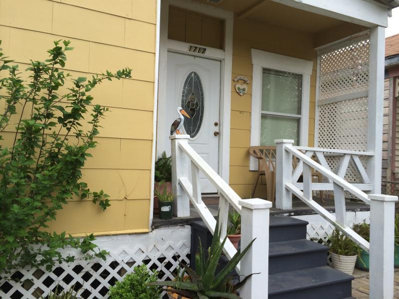 Nauwere uitzicht van de voorkant, de stappen om het huis en een kleine bank.