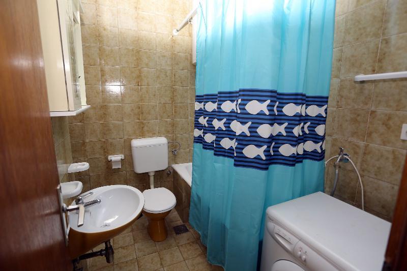 A1 Gornji(4+1): bathroom with toilet