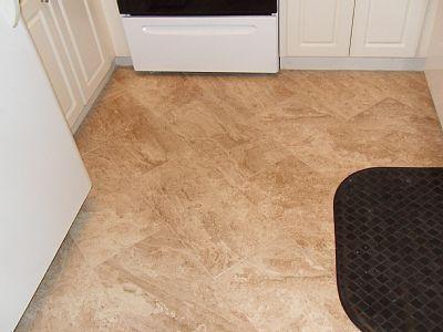 Nuevo piso de azulejo en cocina