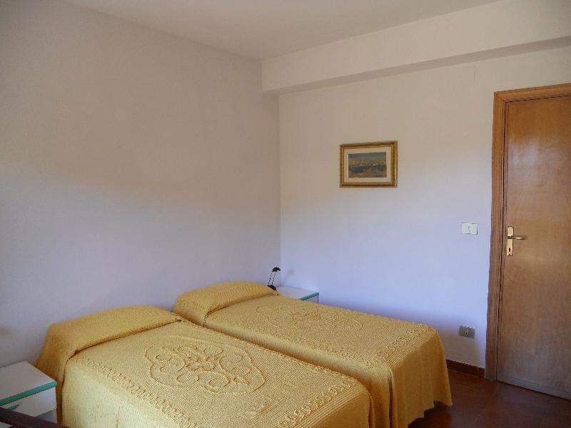 2nd double bedroom (1st floor)