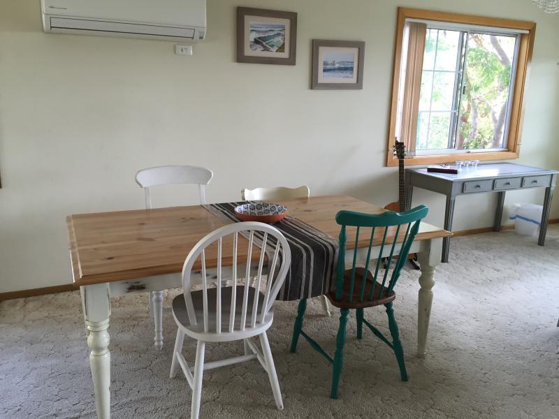 Eethoek met tafel die zitplaatsen 6-8.