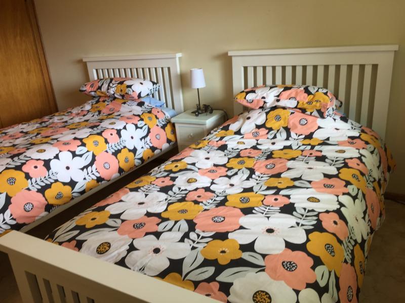 Slaapkamer met twee eenpersoonsbedden met koning eenpersoonsbedden.