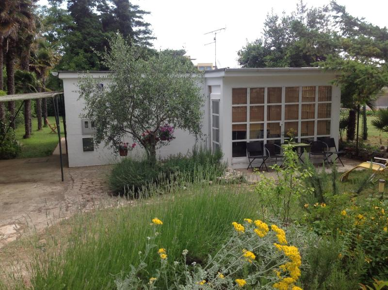 Holiday house with private garden 100 m from sea, casa vacanza a Banjole