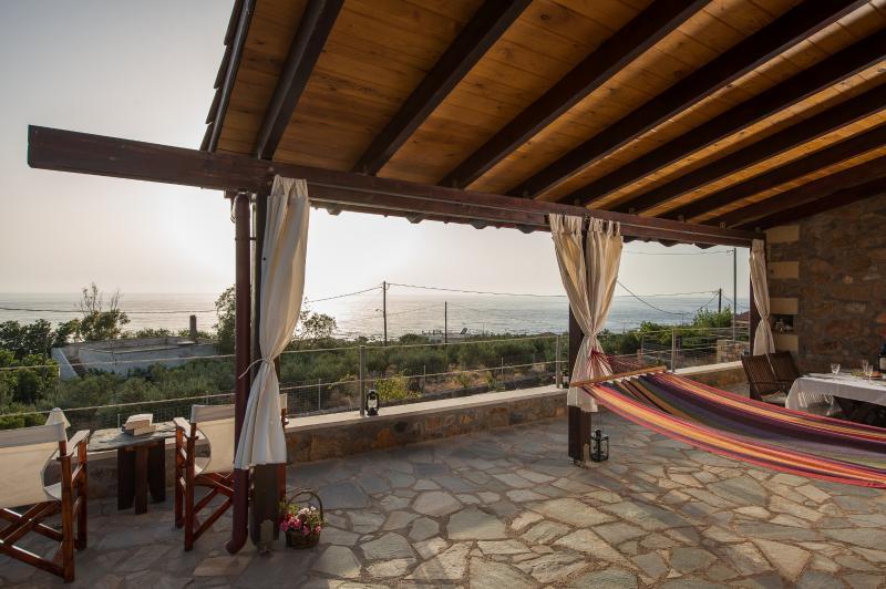 sunny villa with unique seaview in Livadia – semesterbostad i Amigdhalokefali