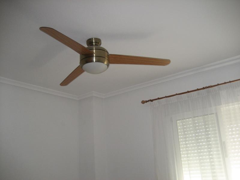 ventilador de techo con mando a distancia y varias velocidades